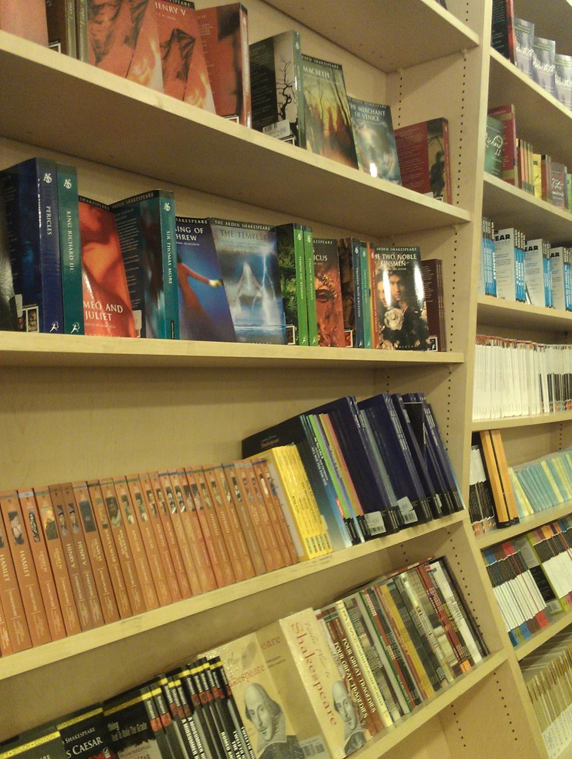 Drama Bookshp reol